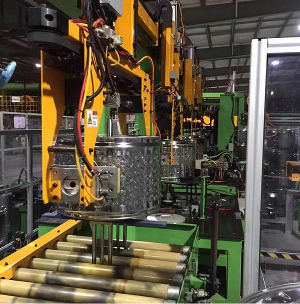 豪精智能点焊生产线在滚筒式洗衣机的生产点焊现场