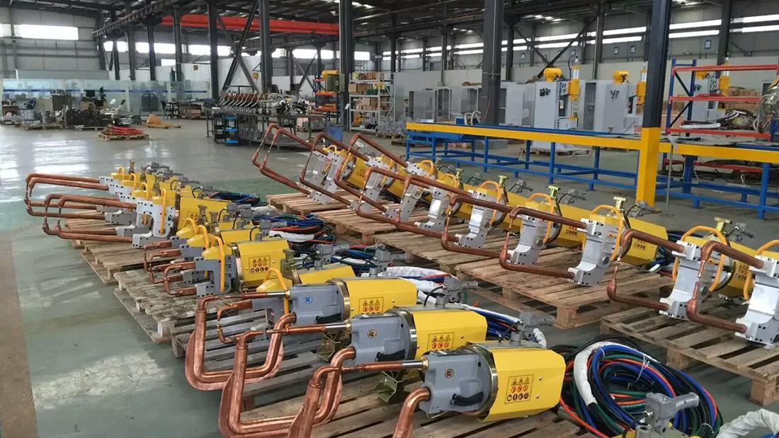 悬挂焊机生产现场